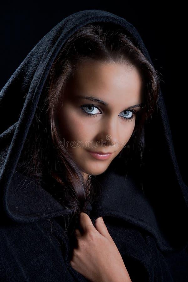 Madame dans un cap noir photo libre de droits