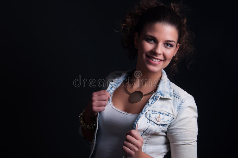 Madame de beauté avec la veste de jeans photo libre de droits