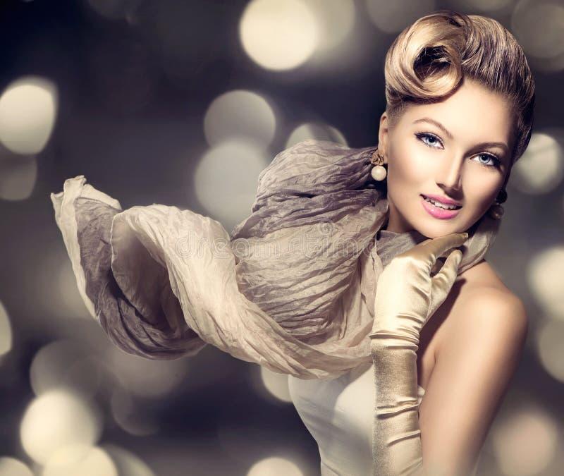 Madame de charme de beauté avec l'écharpe de soufflement images stock