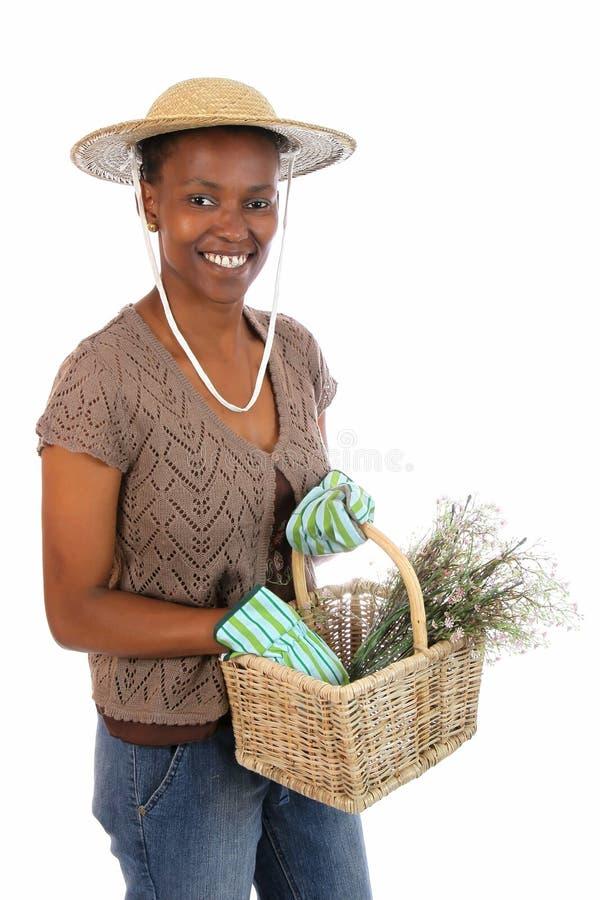 Madame de jardinage assez africaine image stock