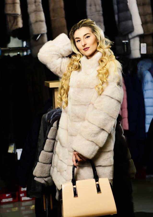 Madame essaye le pardessus blanc cher de sable Concept de luxe et de mode Femme avec le cheveu blond photos stock