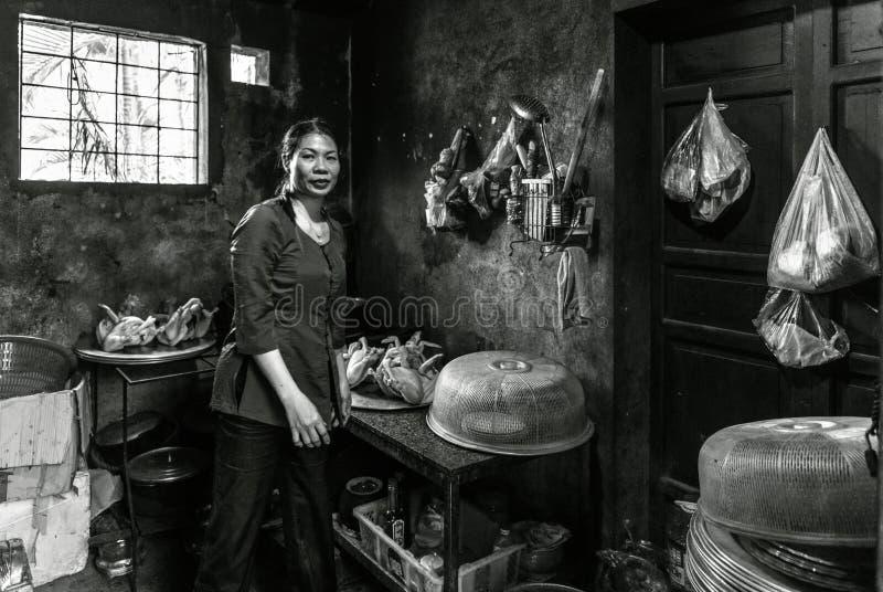 Madame faisant cuire la cuisine intérieure dans un petit village dans Sapa, Vietnam photo libre de droits