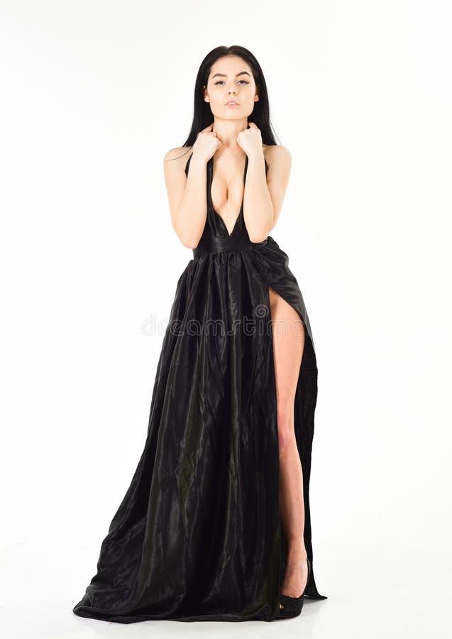 Madame, fille sexy dans la robe Femme dans la longue robe de soirée noire élégante avec le fond decollete et blanc Robe de mode photographie stock