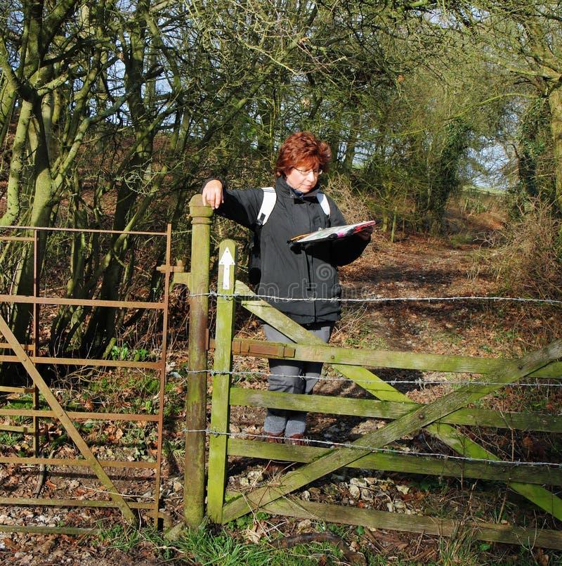 Madame Hiker Reading une carte image libre de droits