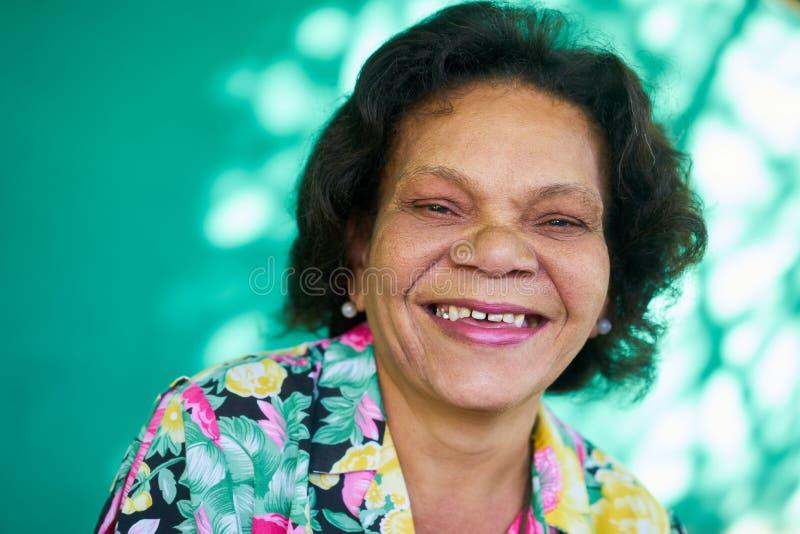 Madame hispanique Smiling de vraie de personnes femme supérieure drôle de portrait photo libre de droits