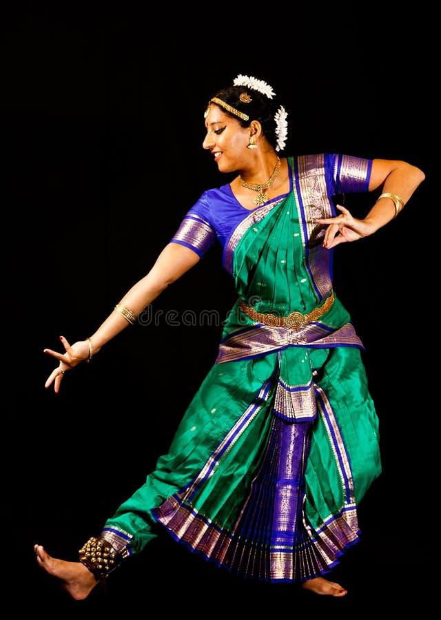 Madame indienne exécutant une danse de Bharatanatyam images libres de droits