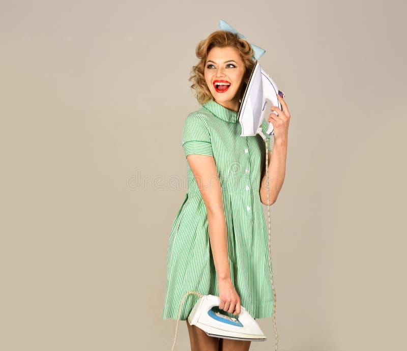 Madame Ironing - r?tro femme photo stock