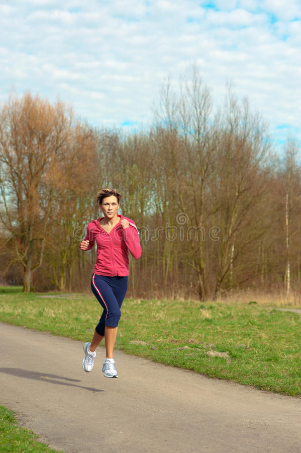 Madame Jogging en stationnement photos stock