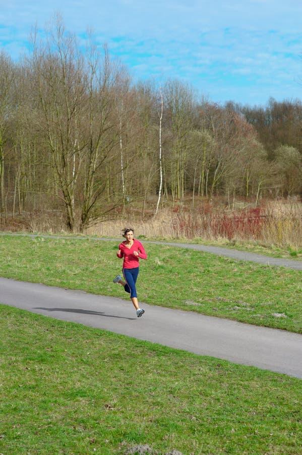 Madame Jogging en stationnement photos libres de droits