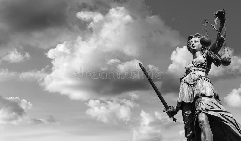 Madame Justice avec le ciel nuageux noir et blanc photographie stock libre de droits