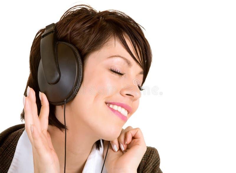 Madame Listening en musique avec des écouteurs image stock