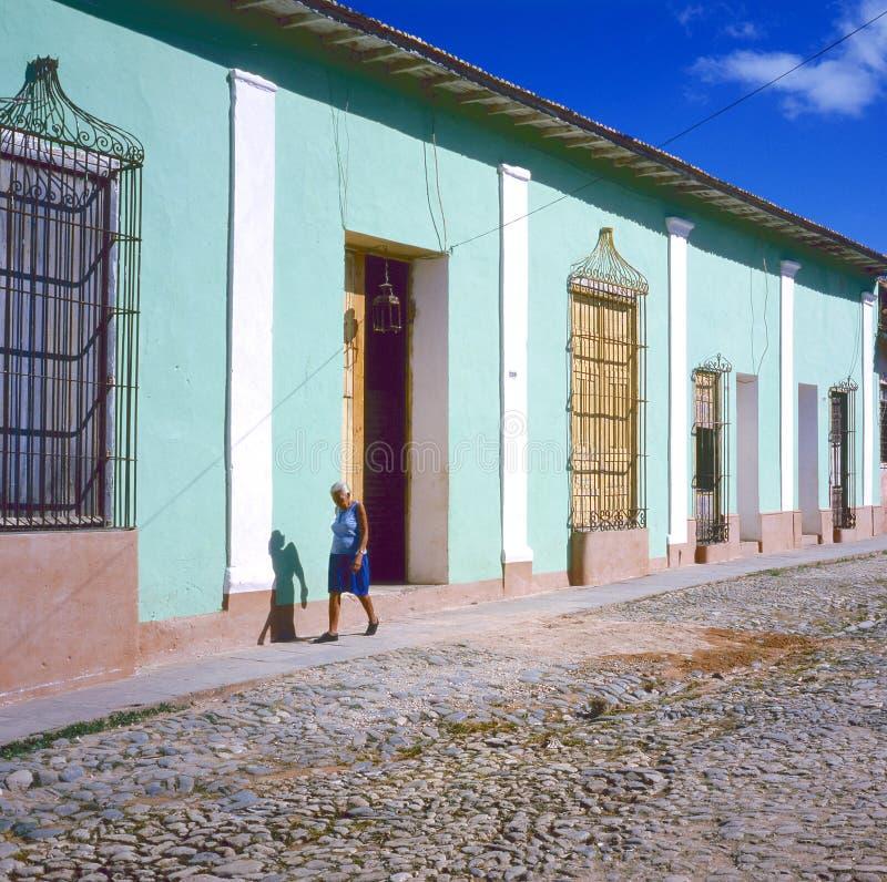Madame marchant au Trinidad, Cuba photographie stock