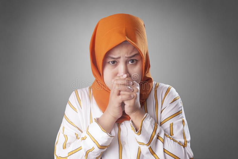 Madame musulmane Worried et souffle de se tenir photo libre de droits