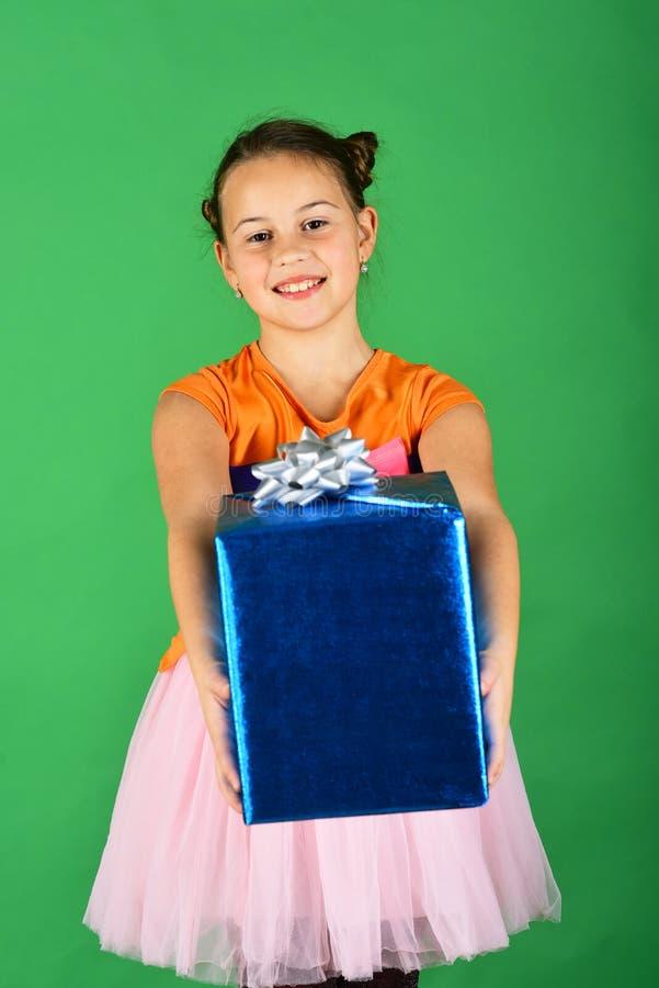 Madame ouvre le cadeau bleu pour Noël Fille avec le boîte-cadeau images libres de droits
