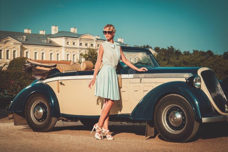 Madame près de convertible classique photos libres de droits