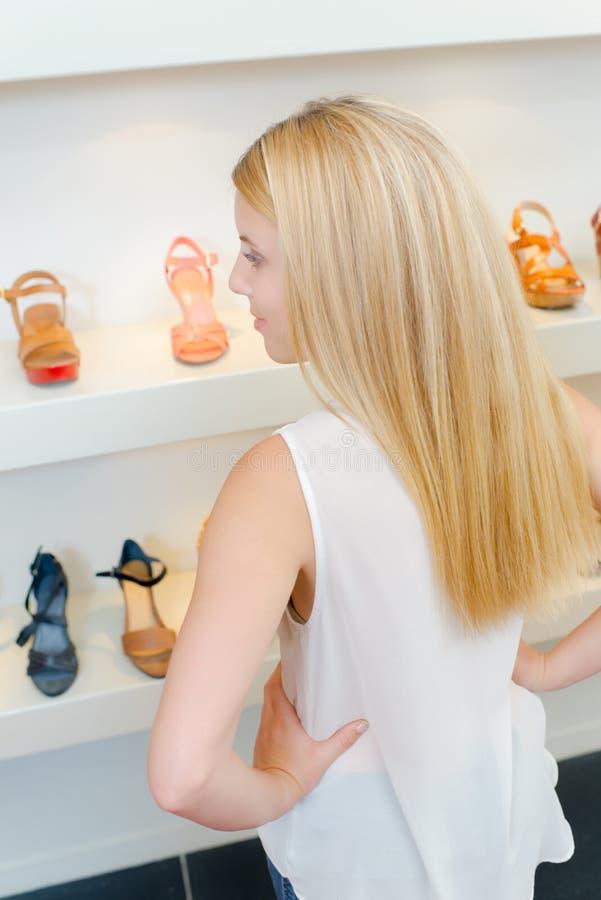 Madame regardant des mains de chaussures sur des hanches photo libre de droits