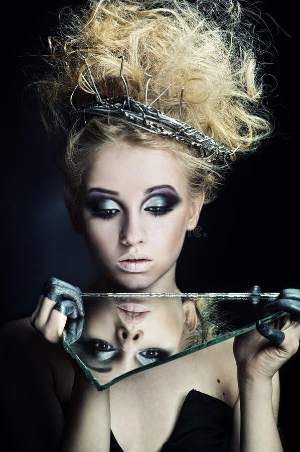 Madame regardant elle-même dans le miroir image libre de droits