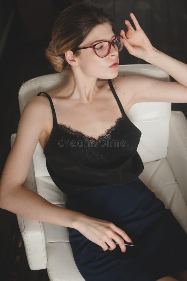Madame s'asseyant en belle position photos libres de droits