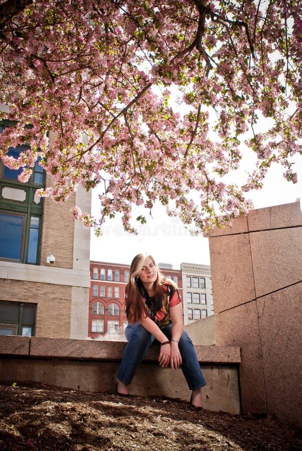 Madame sous l'arbre photos libres de droits