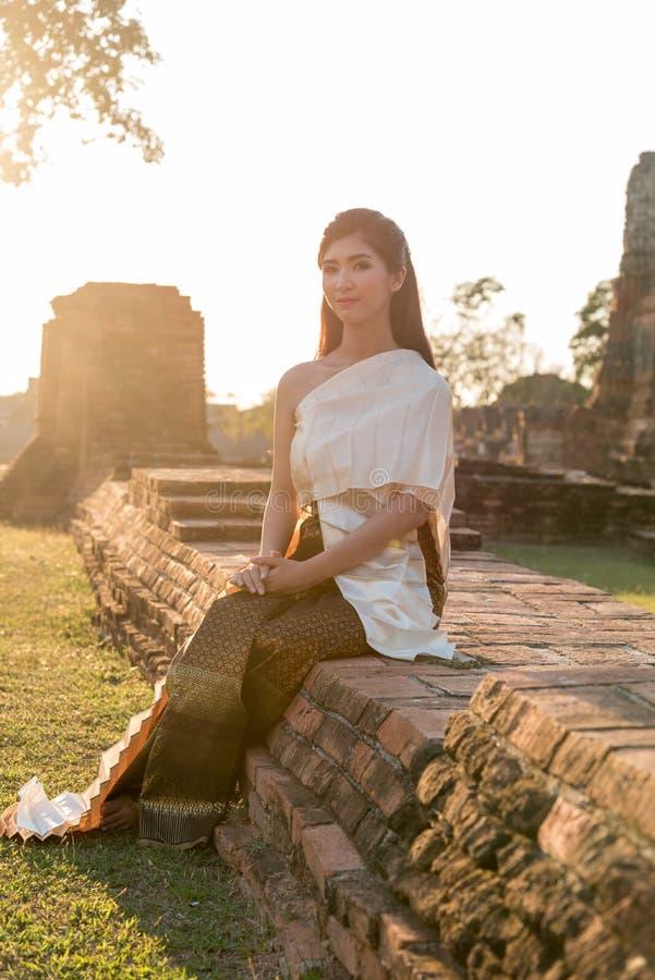 Madame thaïlandaise dans le vêtement original de la Thaïlande de vintage images libres de droits