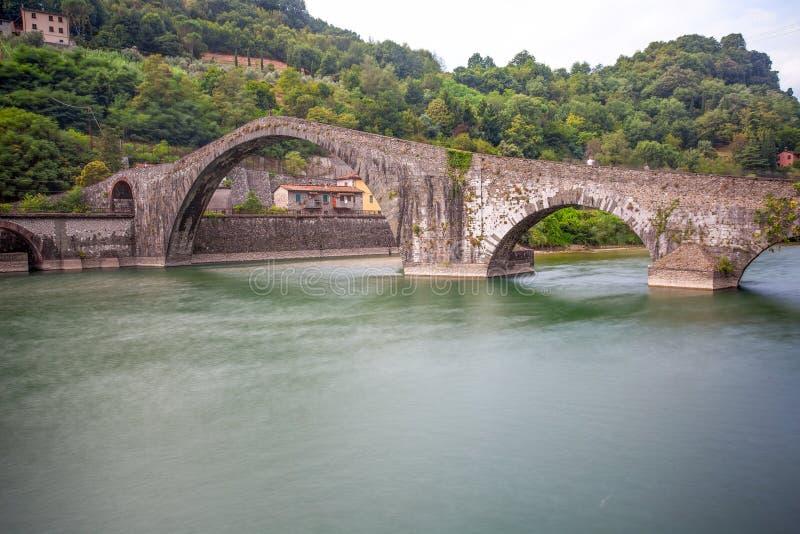 Maddalena Bridge Borgo en Mozzano, Lucca, Italien, viktig medeltida bro i Italien tuscany arkivfoto