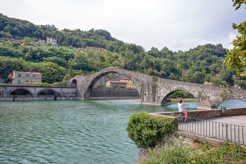 Maddalena Bridge, Borgo un Mozzano, Lucca, Italia, ponte medievale importante in Italia tuscany fotografie stock libere da diritti