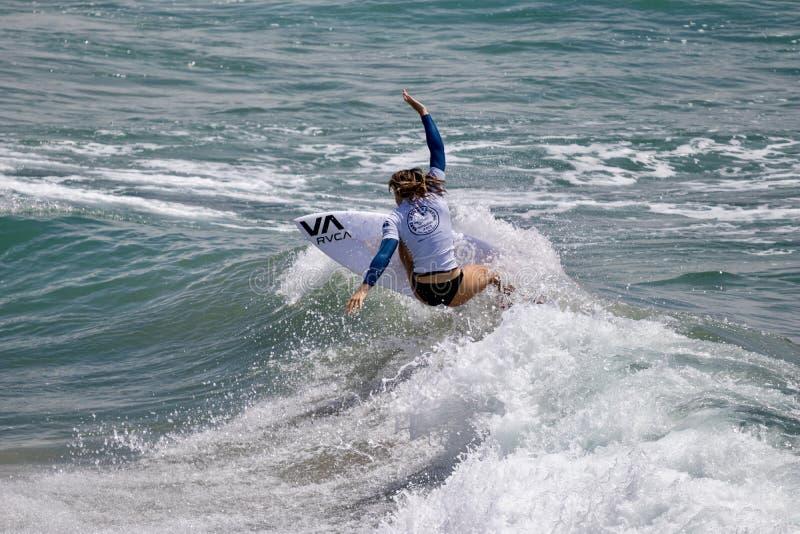 Maddie Garlough surfing w samochodów dostawczych us open surfing 2019 zdjęcie stock