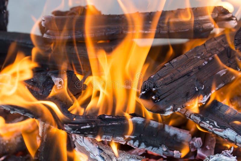 Madeira ardente em um caldeireiro imagens de stock