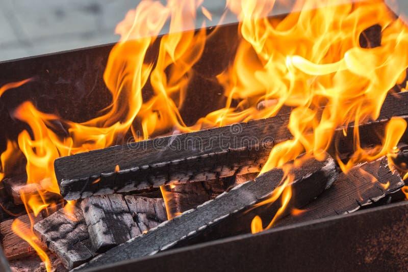 Madeira ardente em um caldeireiro imagens de stock royalty free