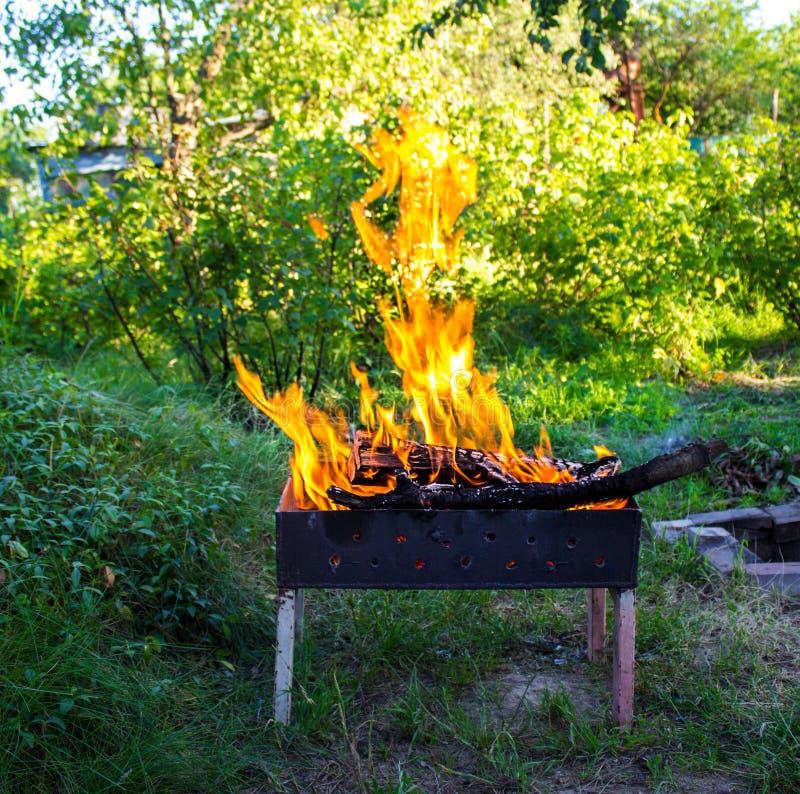 Madeira ardente em um caldeireiro foto de stock