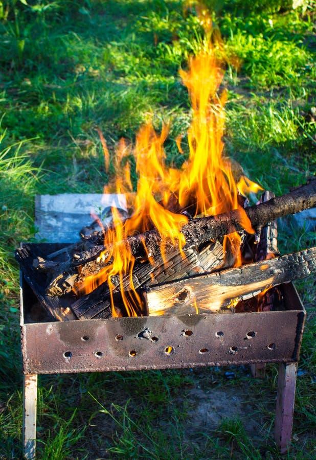 Madeira ardente em um caldeireiro Fogo forte na grade fotos de stock