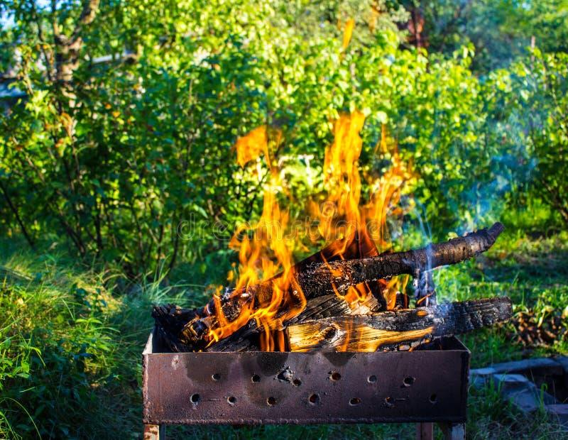 Madeira ardente em um caldeireiro Fogo forte na grade imagens de stock royalty free