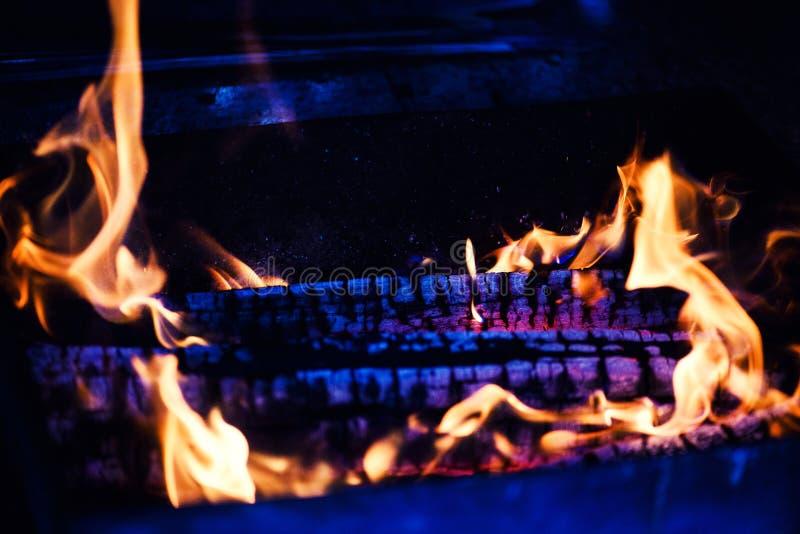 Madeira ardente na chamin? foto de stock royalty free
