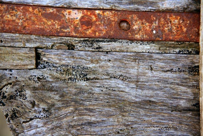 Madeira cinzenta envelhecida e aço oxidado do ferro fotos de stock