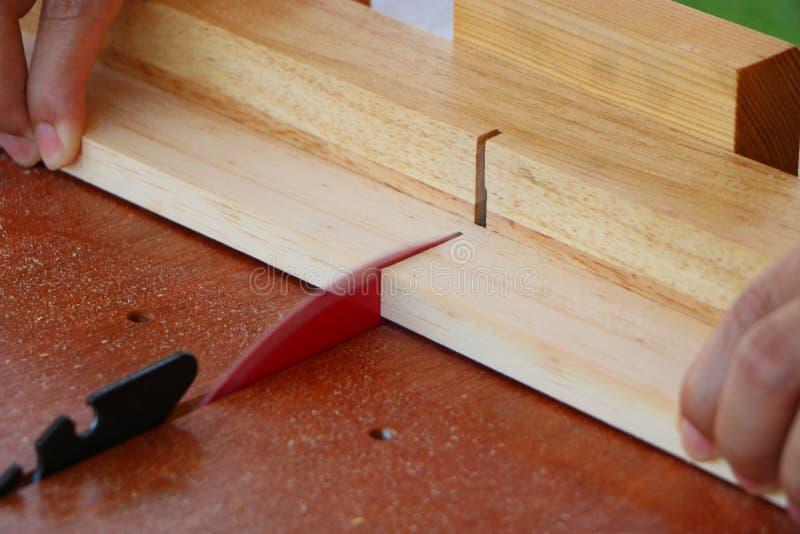 Madeira cortada em uma tabela da serra circular foto de stock