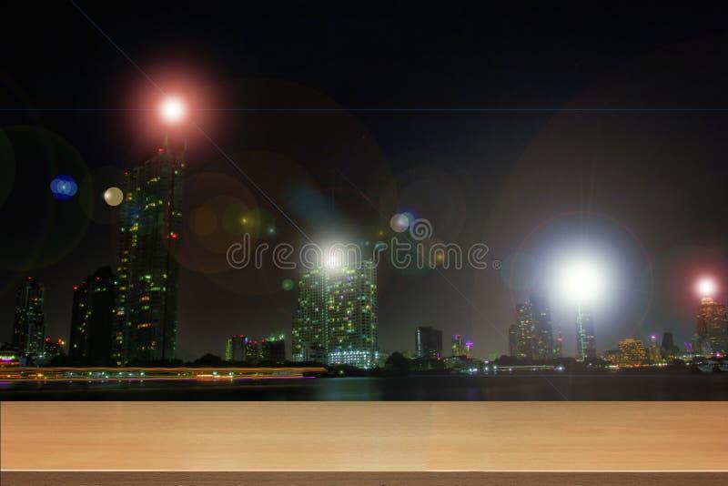 Madeira da perspectiva e prateleiras de madeira superiores vazias da cidade asiática de Banguecoque, Tailândia na noite fotografia de stock