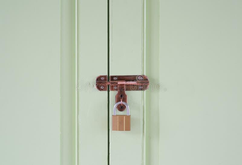 Madeira da porta do close-up com fechado chave fotografia de stock royalty free