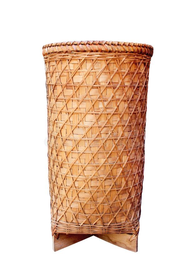 Madeira de bambu tecida velha tradicional tailandesa da cesta ou do vaso nos testes padr?es altos isolados no fundo branco com o  imagem de stock