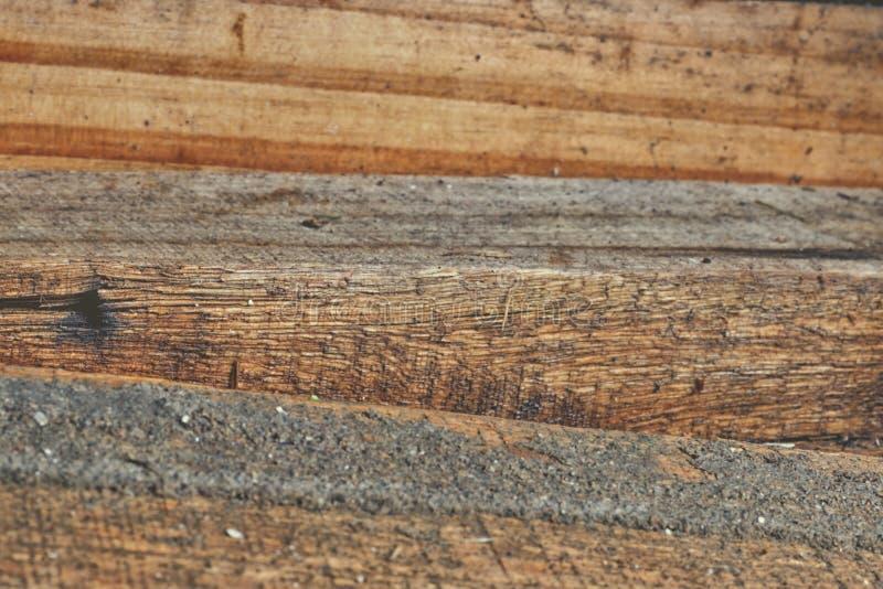 A madeira de pinho velha registra a pilha imagens de stock
