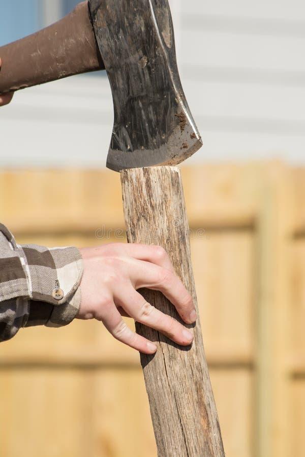 Madeira de rachadura da mão adolescente foto de stock