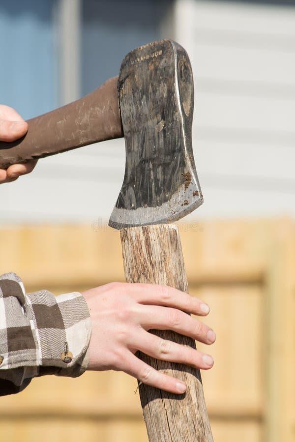 Madeira de rachadura da mão adolescente fotos de stock