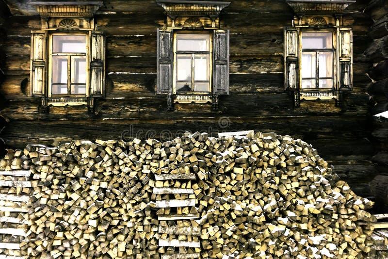Madeira de vidoeiro que encontra-se contra a parede de uma casa de madeira foto de stock royalty free