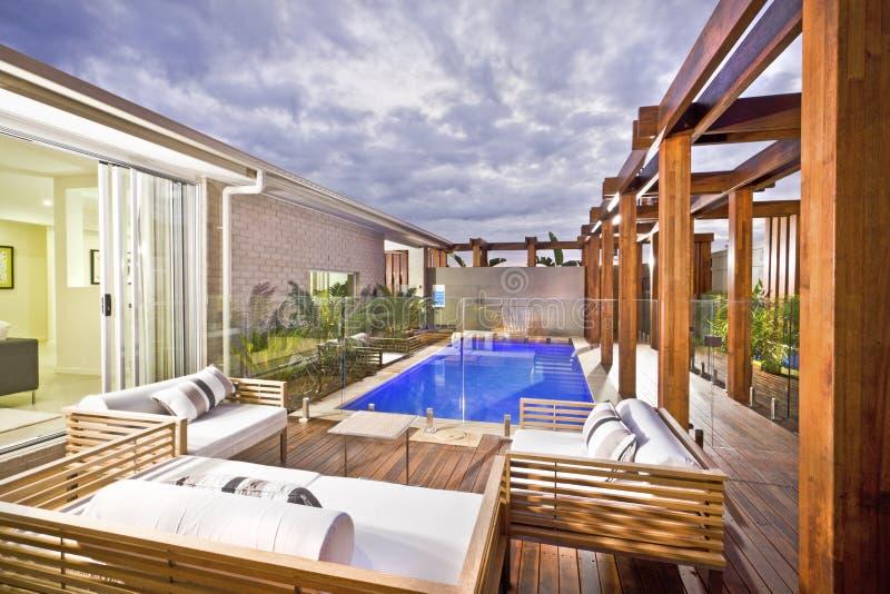 A madeira decorou a área de piscina com piscina fotos de stock
