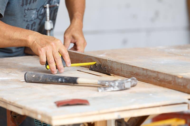 Madeira do corte do carpinteiro para a construção da casa foto de stock royalty free