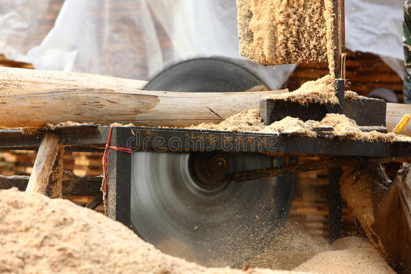 Madeira do sawing imagens de stock royalty free