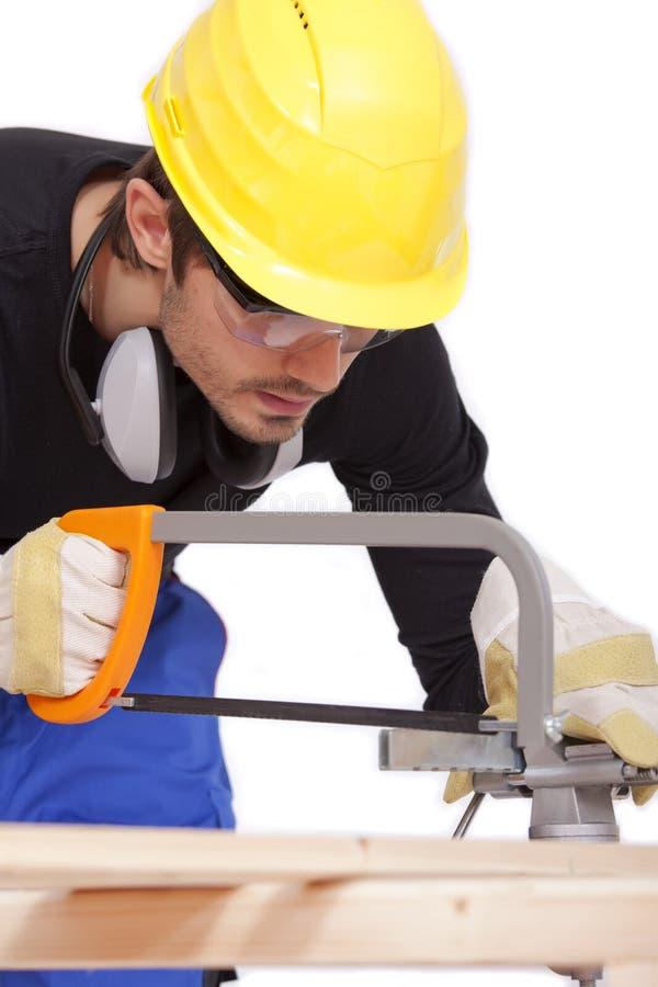 Madeira do sawing do carpinteiro imagem de stock