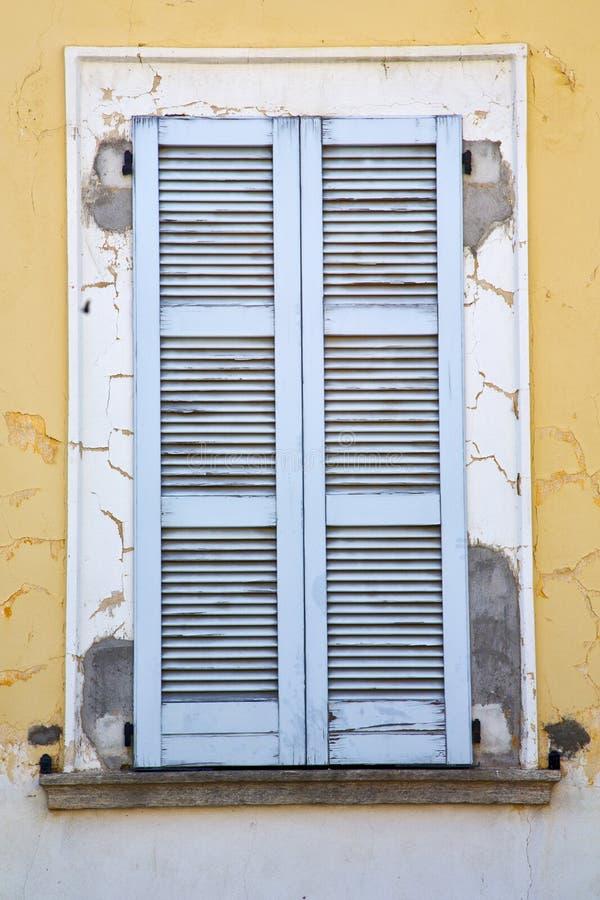 madeira do sumário de Italia da janela do besnate no bri concreto fotografia de stock