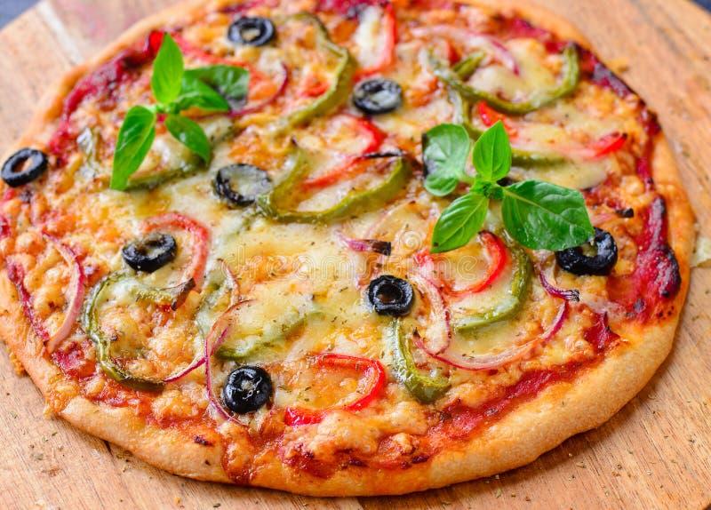 A madeira do vegetariano ateou fogo à pizza na placa de madeira foto de stock