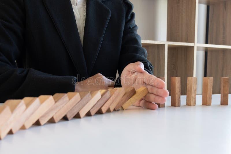 A madeira dos blocos da parada da mão da mulher para proteger o outro, conceito impede que as falhas espalhem a outros setor fotos de stock royalty free