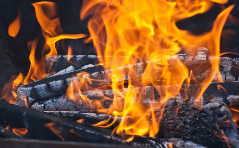 Madeira e carvão ardentes na chaminé fotografia de stock royalty free